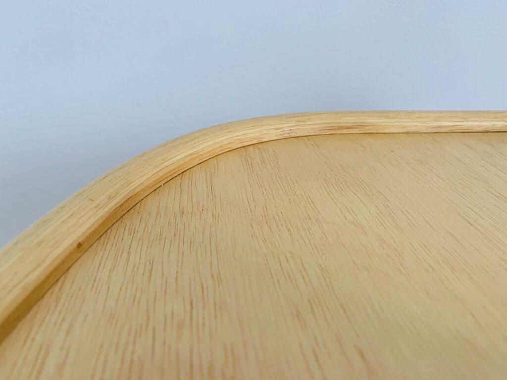 アッフルチェアの隙間が少ないテーブル